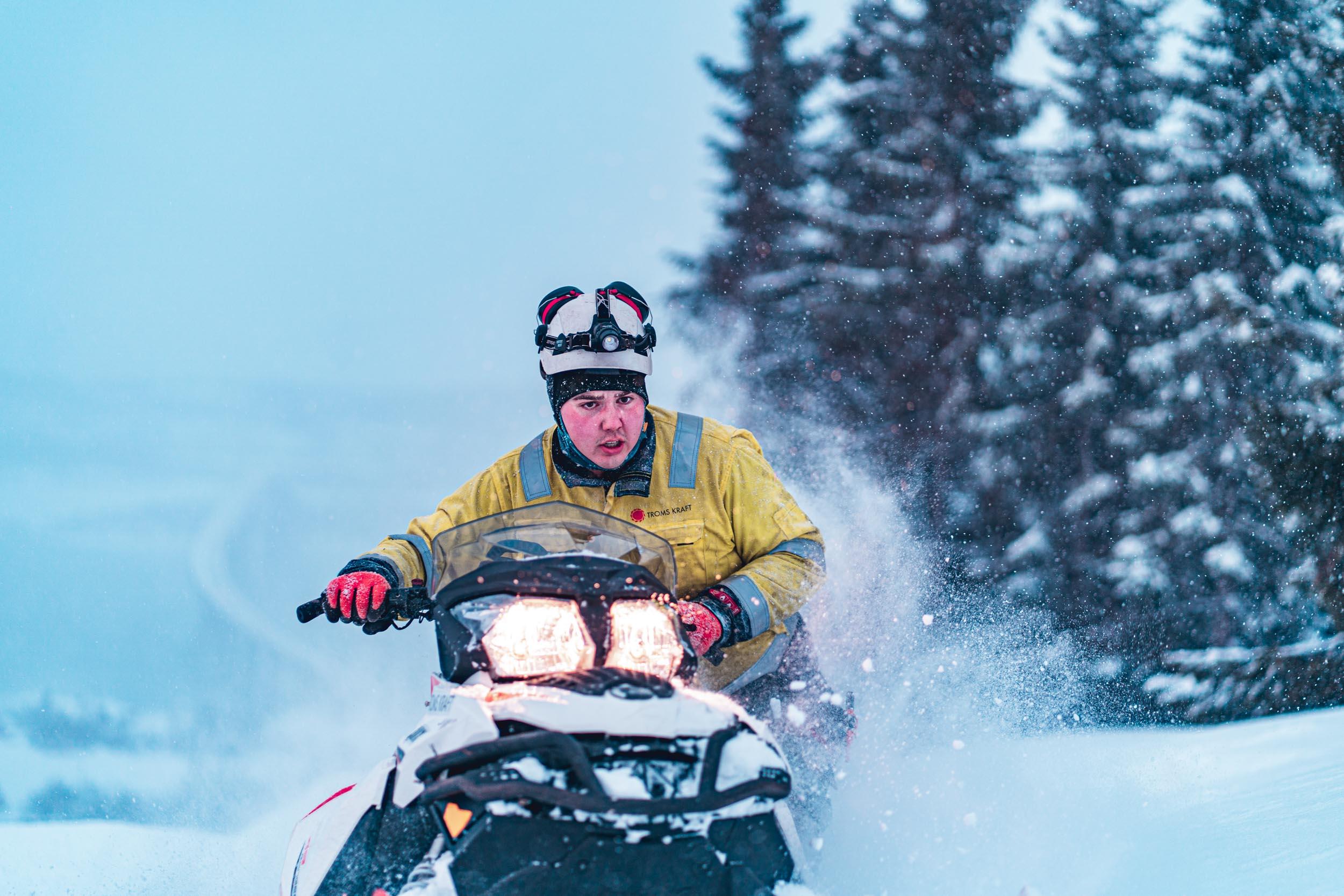 Energimontør på snøscooter